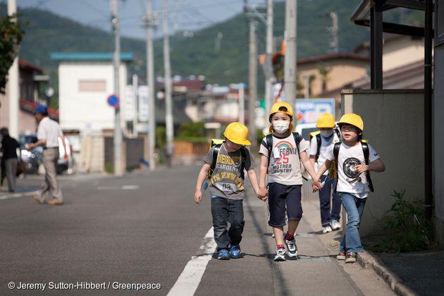 2011년 5월 6일 후쿠시마현에서, 거리를 걷고 있는 아이들. 당시 그린피스 조사에서 해당 지역의 오염도가 위험한 수준이라는 것이
