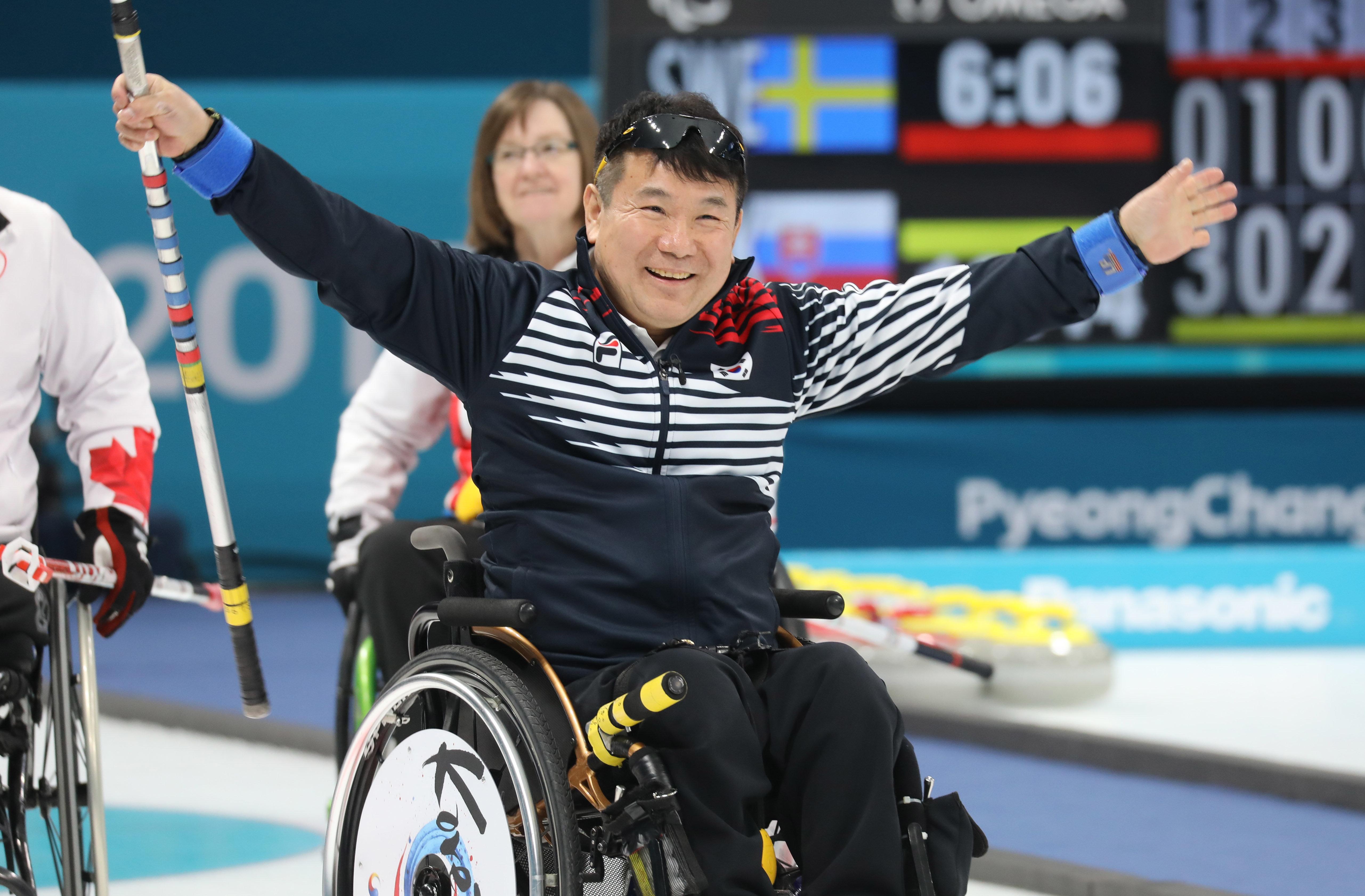 휠체어컬링 한국 대표팀이 '디펜딩 챔피언'마저 꺾었다