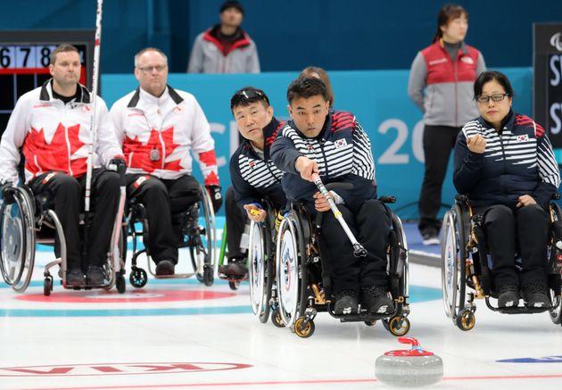 12일 오전 강원도 강릉시 강릉컬링센터에서 열린 2018 평창패럴림픽 휠체어컬링 대한민국과 캐나다의 경기에서 차재관이 투구하고