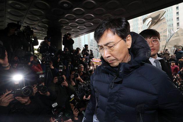 안희정 전 충남지사가 9일 오후 서울 마포구 서울서부지검에 자진 출두해 청사 안으로 들어가고