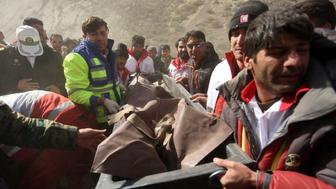 Medics and rescuers evacuate the body of a victim killed in a private plane crash, Iran, March 12, 2018. REUTERS/Tasnim News Agency  ATTENTION EDITORS - THIS PICTURE WAS PROVIDED BY A THIRD PARTY.