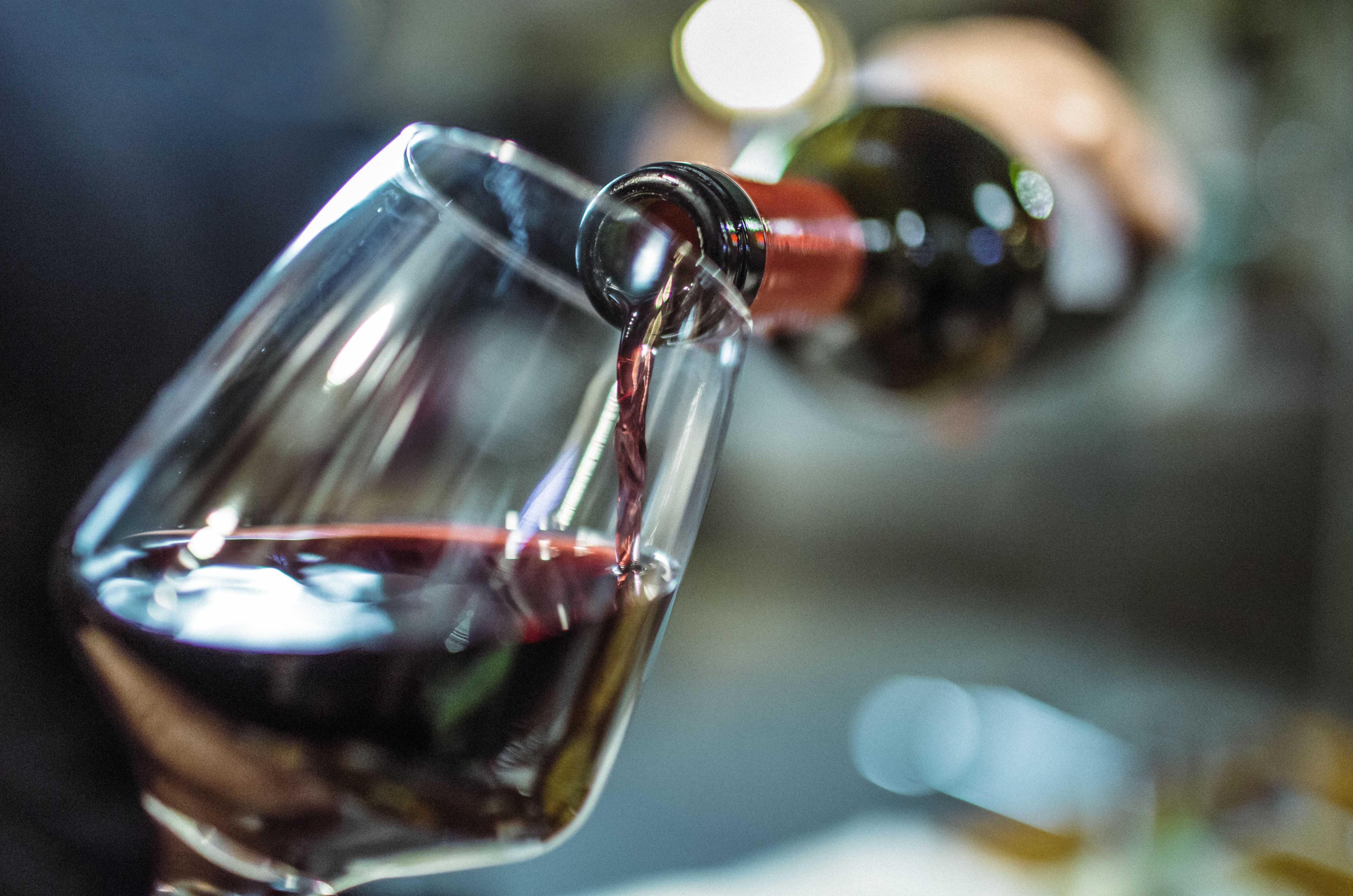 Frankfurt: Mann trinkt zwei Flaschen Wein vor Flug und ahnt nicht, was er damit auslöst
