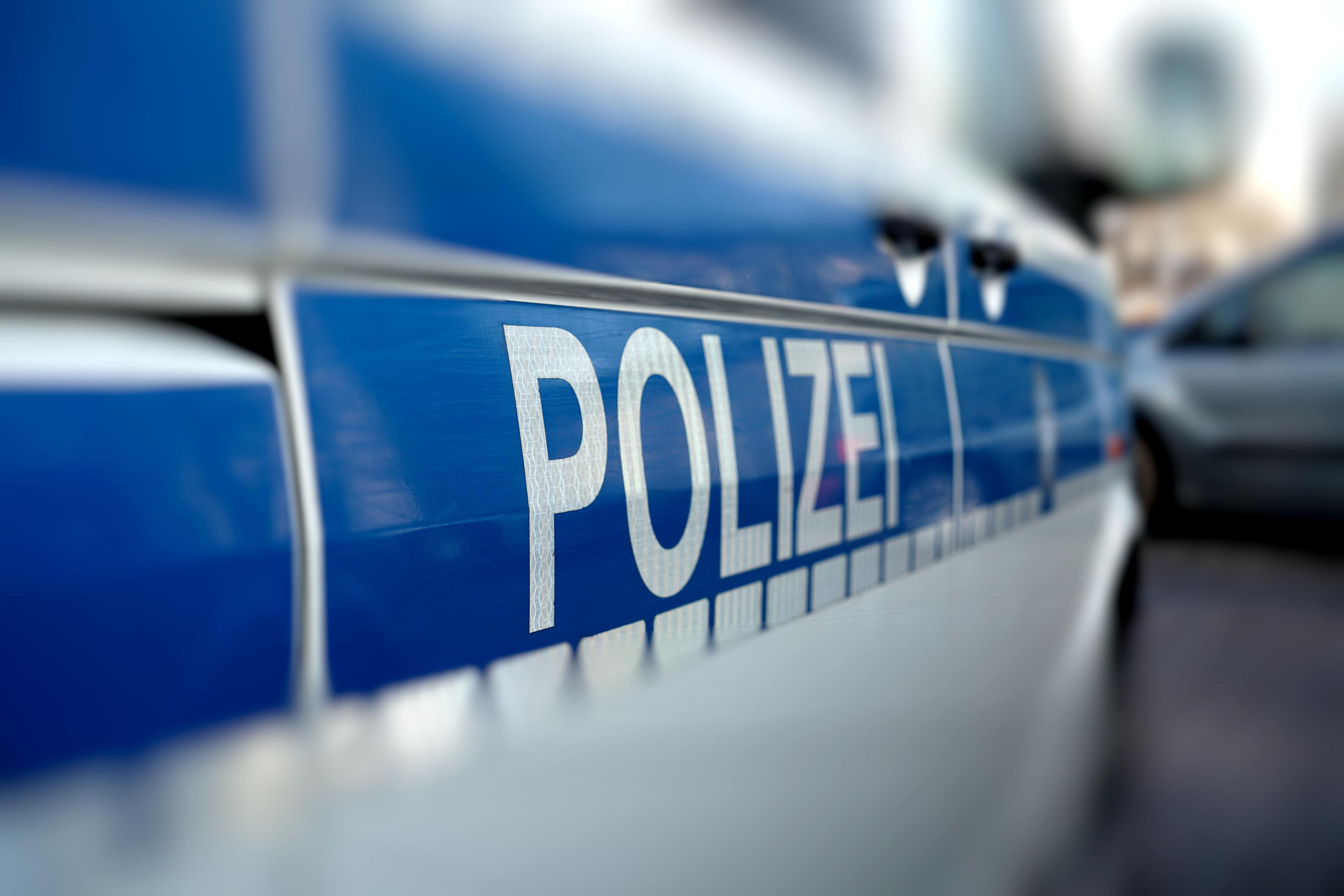 Sexuelle Übergriffe auf Mädchen - Polizei sucht sieben junge Männer