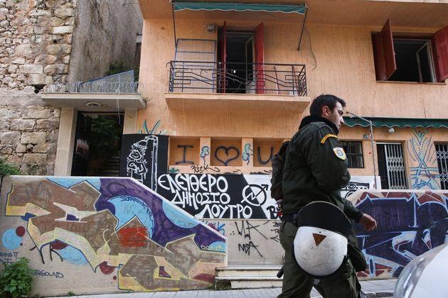 12 οι συλλήψεις μετά τη μεγάλη αστυνομική επιχείρηση στις καταλήψεις σε Εξάρχεια και