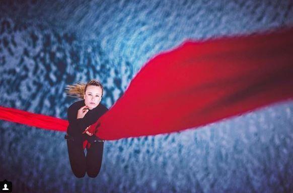H Kατερίνα Σολδάτου αιωρείται πάνω από τον πατραϊκό κόλπο και στέλνει το δικό της μήνυμα για την