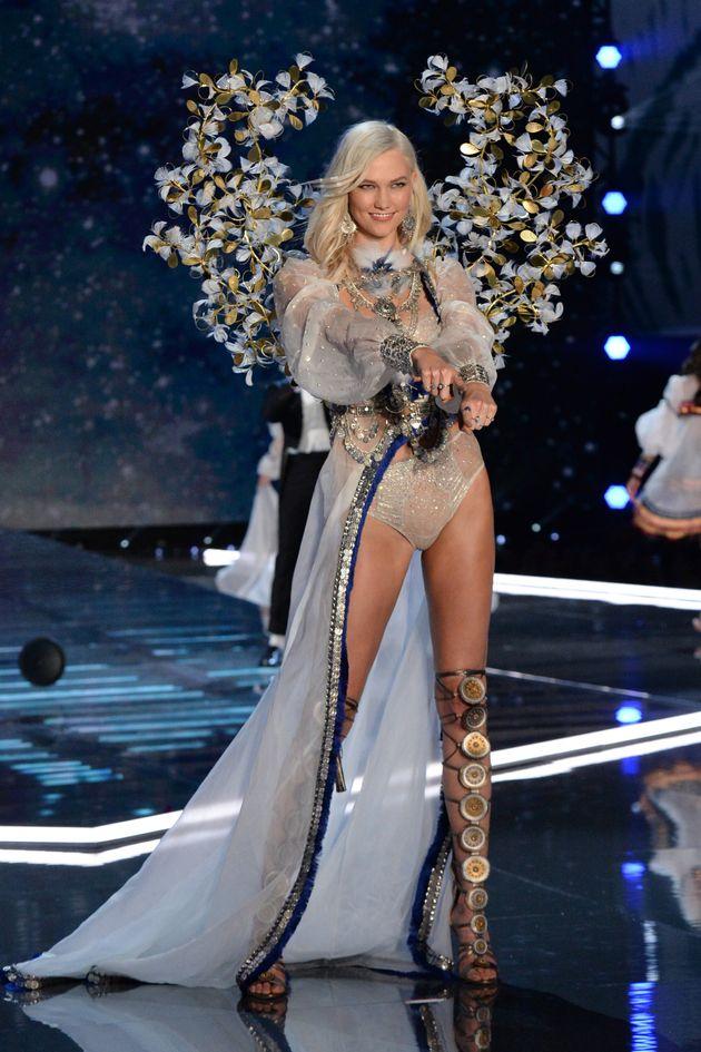 H Karlie Kloss υπερασπίζεται την επίδειξη της Victoria's Secret στην εποχή του Me Too: «Mας επιτρέπει...