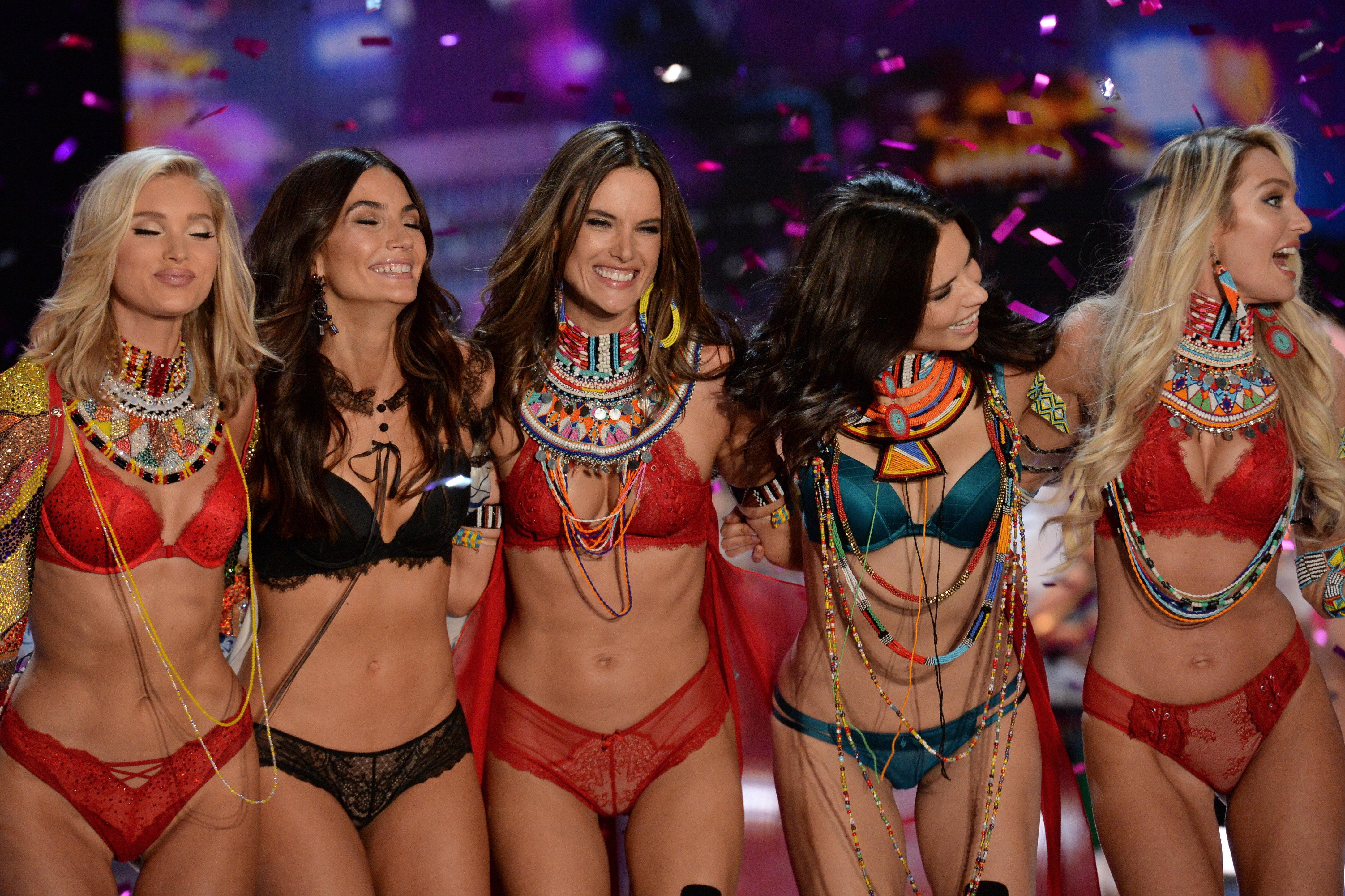 H Karlie Kloss υπερασπίζεται την επίδειξη της Victoria's Secret στην εποχή του Me Too: «Mας επιτρέπει να είμαστε η καλύτερη ε...