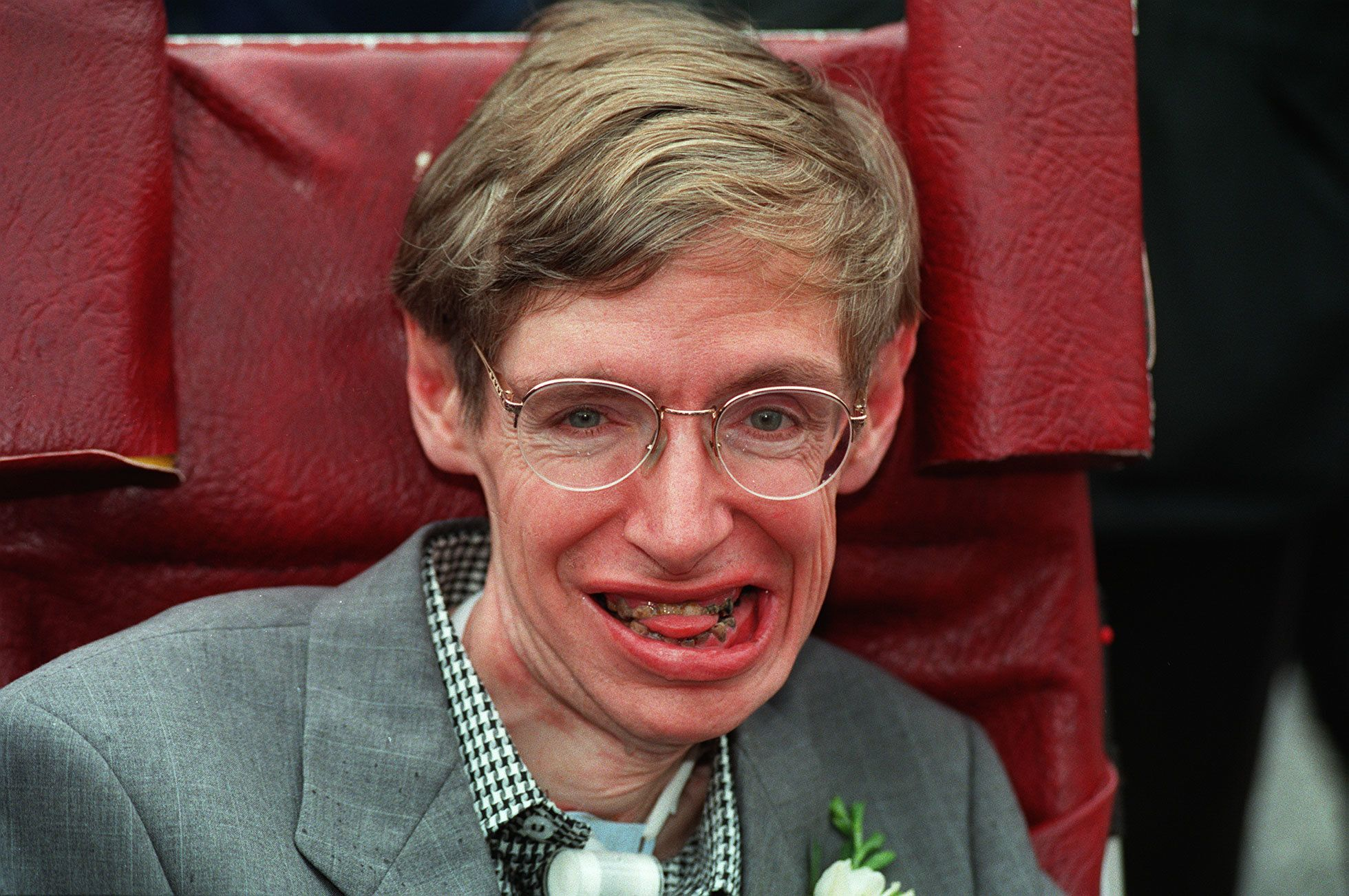 PA NEWS PHOTO 15/9/95  PROFESSOR SCIENTIST STEPHEN HAWKING WHO SUFFERS FROM MOTOR NEURONE DISEASE AT HIS MARRIAGE CEREMONY TO BRIDE NURSE ELAINE MASON AT CAMBRIDGE REGISTRY OFFICE   (Photo by Michael Stephens - PA Images/PA Images via Getty Images)