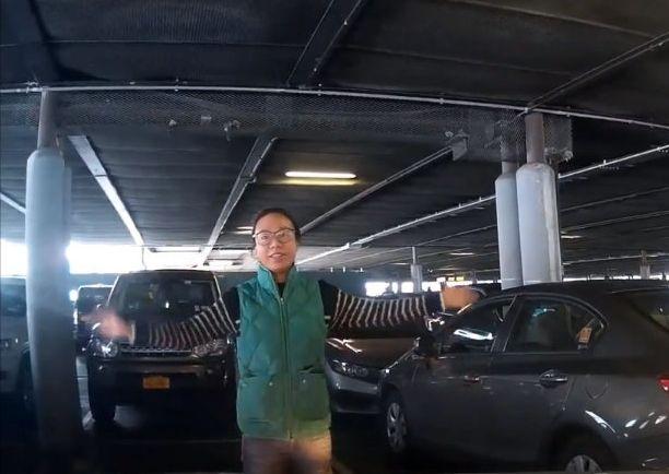 이 여성이 주차장을 막아선 이유는 정말