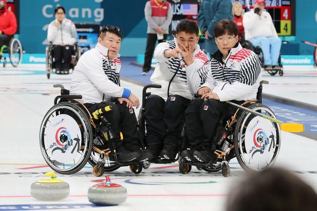 5일 오전 강원도 강릉시 강릉컬링센터에서 열린 2018 평창 동계 패럴림픽 휠체어컬링 예선 10차전 대한민국과 영국의 경기에서 대한민국 대표팀이 작전회의하고