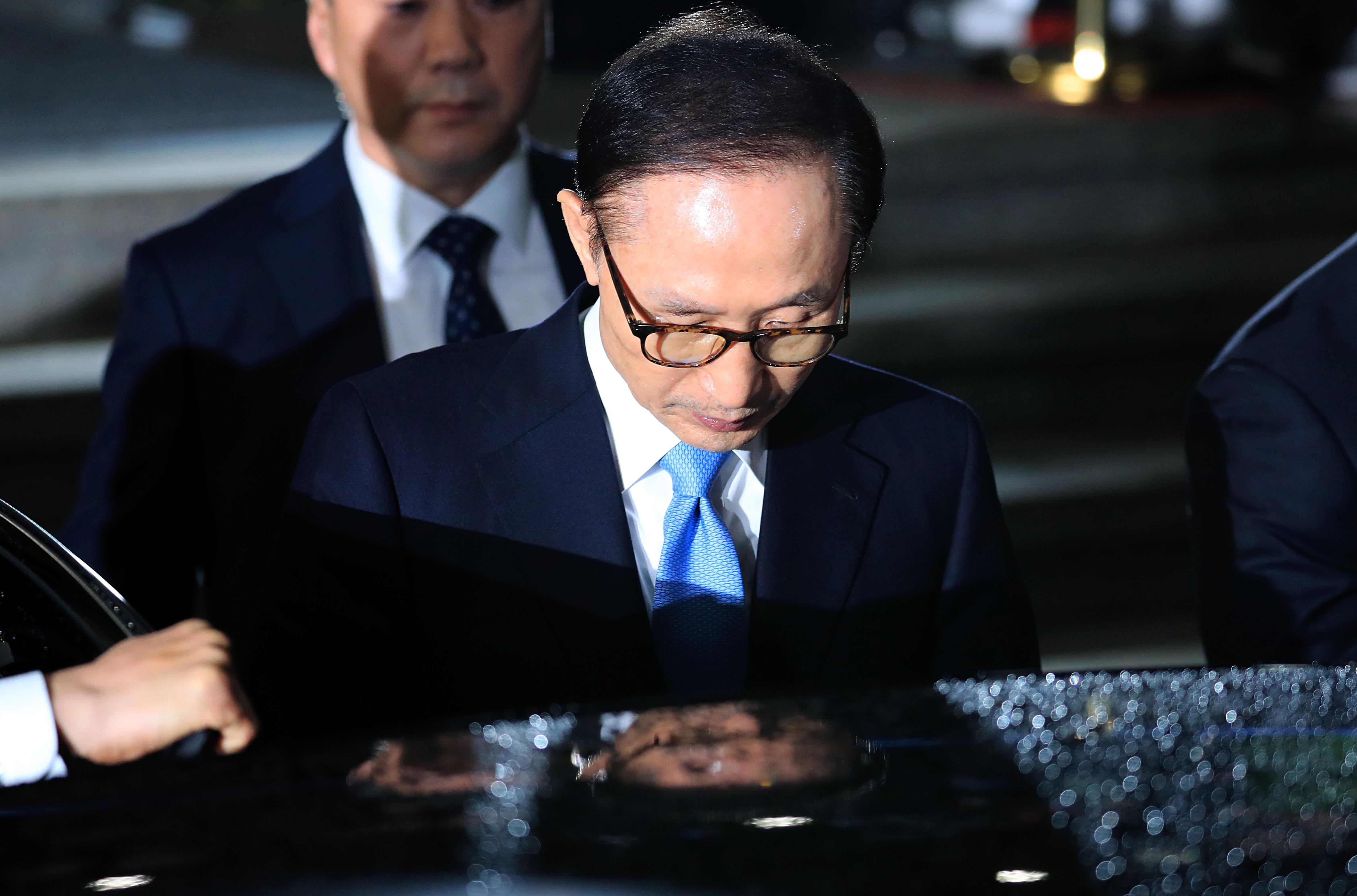 """이명박은 검찰에 """"국정원으로부터 1억원을 받았다""""라고"""