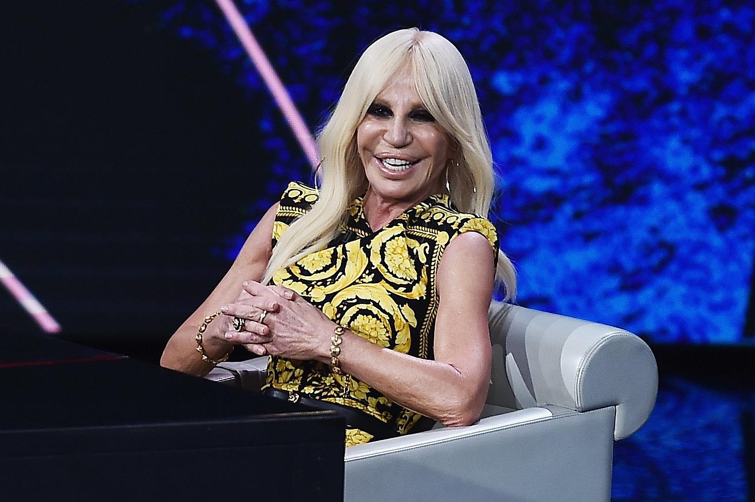 Ο οίκος Versace καταργεί τη χρήση της γούνας. Κάποιοι, όμως, δεν πείθονται για τις προθέσεις