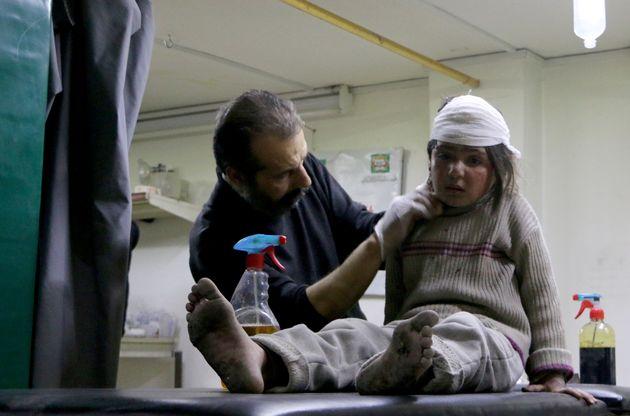 Une fillette syrienne blessée reçoit des soins dans la Ghouta orientale près de...