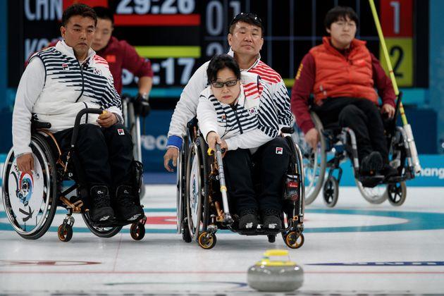 패럴림픽 휠체어 컬링 대표팀이 중국전에서 선보인 엄청난 샷들