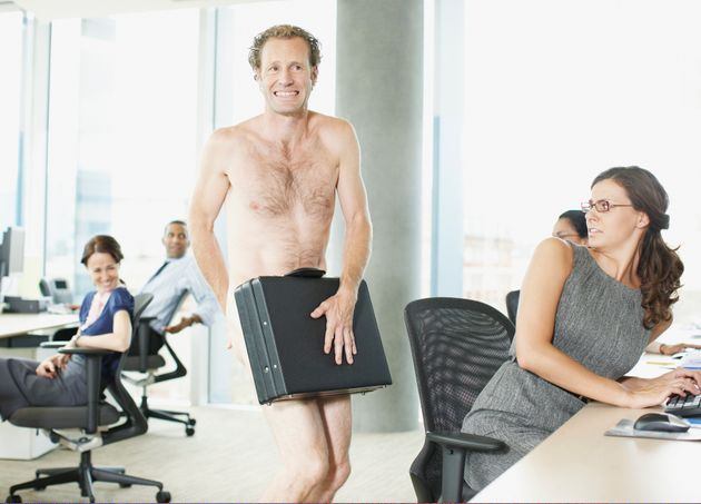옷을 벗은 남성이 사무실에서 서류가방으로 중요부위를 가리고