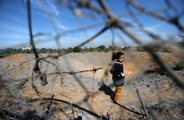 Une jeune palestinienne dans une zonetouchée par une frappe israélienne dans le sud...