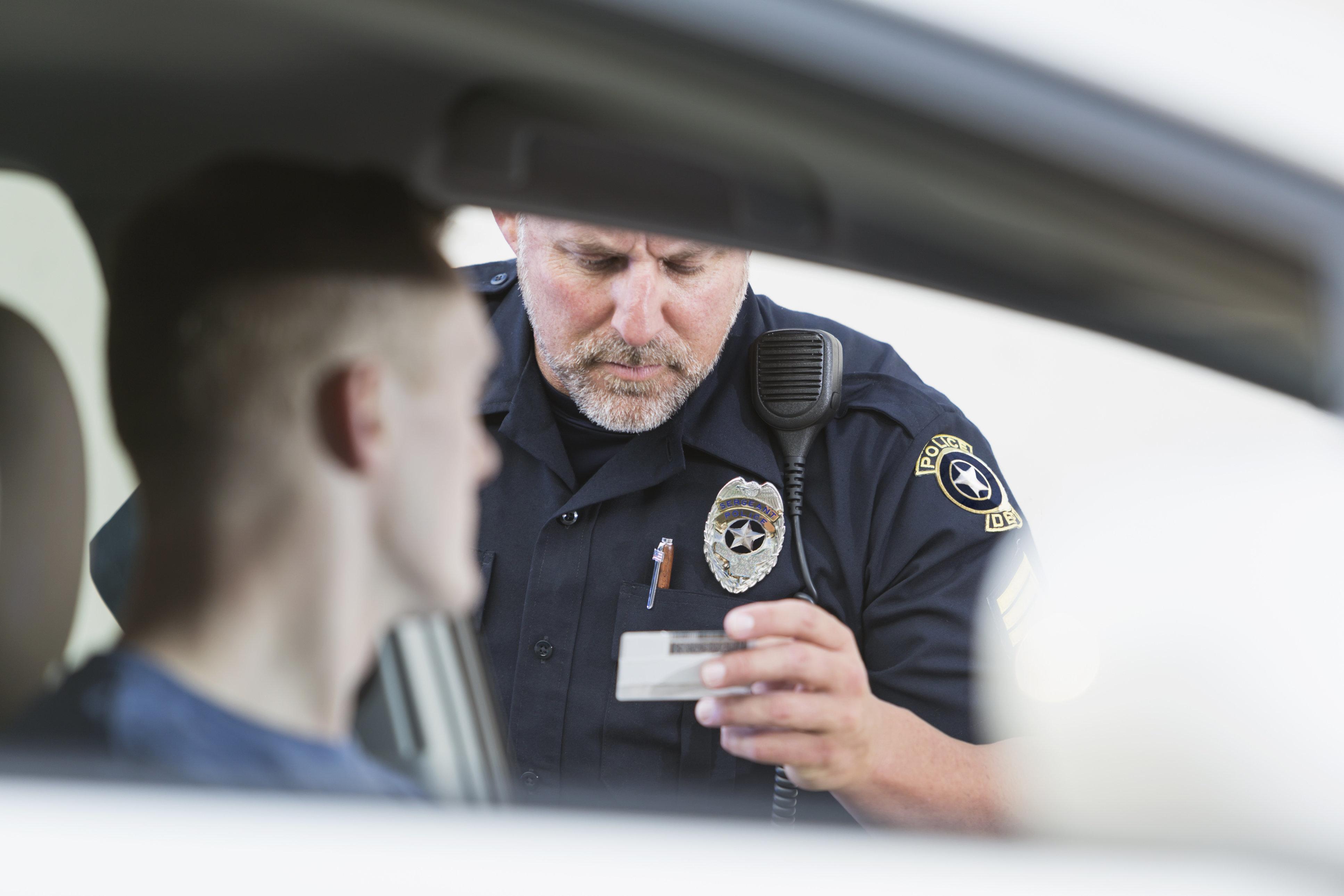 Polizei verlangt Führerschein von Fahrer – der zeigt den Beamten DAS