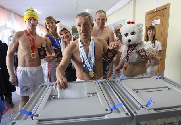 '겨울 북극곰 수영' 클럽의 멤버들이 수영복을 입고 투표소에