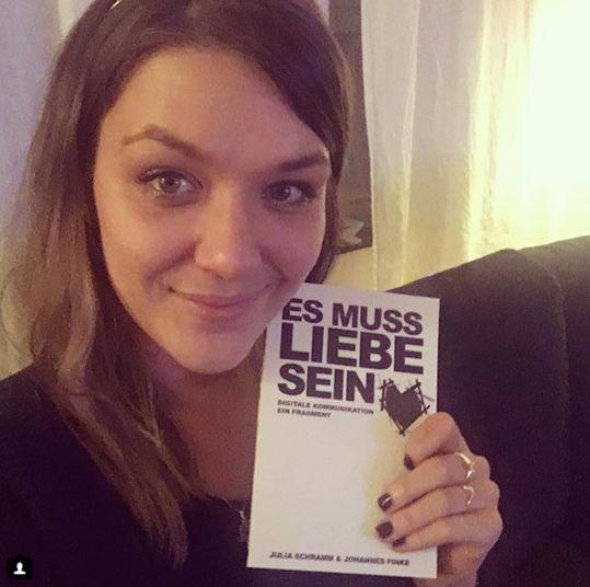 Julia Schramm mit ihrem Buch