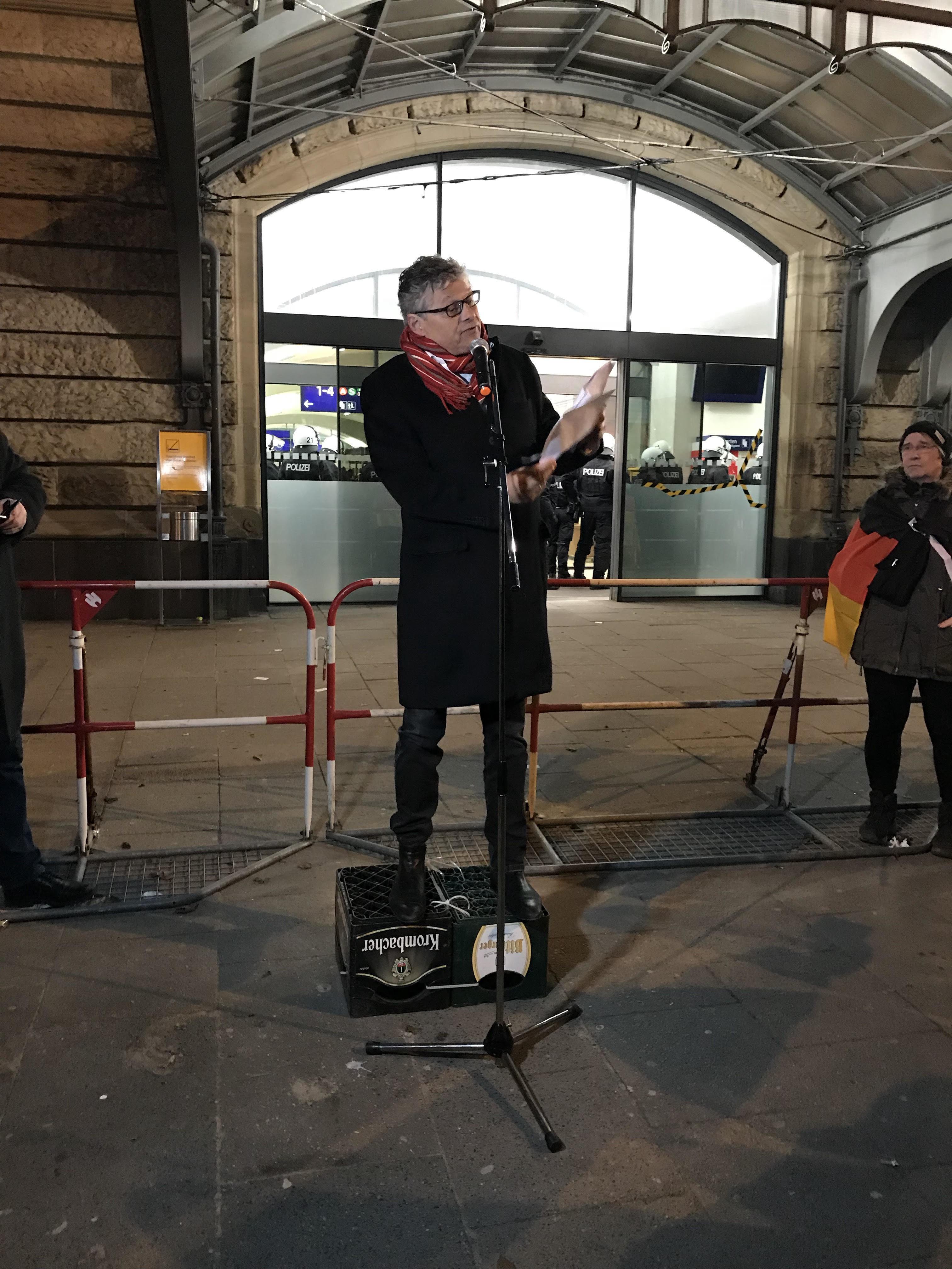 Anti-Merkel-Demo in Hamburg: Der irre Auftritt des Ex-
