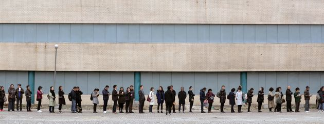 18일 오전 서울 서초구 양재동 화물터미널 부지에 마련된 '디에이치 자이 개포' 견본주택을 찾은 방문객들이 줄지어 입장을 기다리고