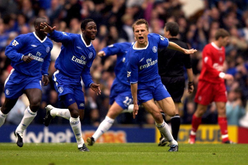 잉글랜드 프리미어리그 2002-03 시즌 38라운드 경기에서 첼시 예스퍼 크론캬르가 역전골을 성공시킨 뒤 환호하고 있다. 2003년