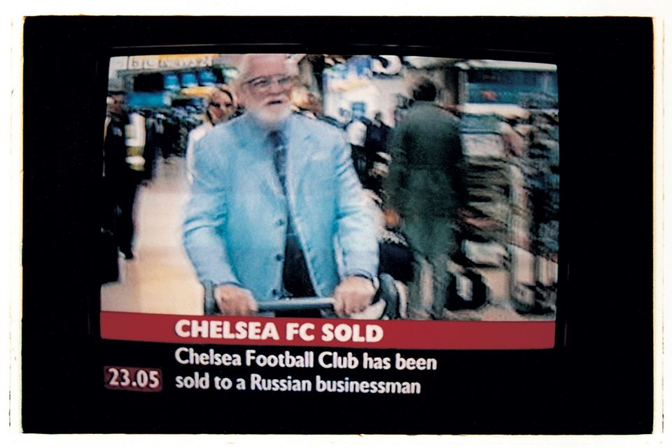 2003년 6월, 첼시 매각 소식을 알리는 TV 뉴스 화면. 화면 속 남성은 첼시의 구단주였던 켄