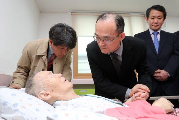 문무일 검찰총장이 박종철 열사의 아버지를