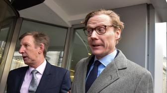 HOLBORN, UNITED KINGDOM - MARCH 20: Chief executive of Cambridge Analytica Alexander Nix arrives at the office near Holborn on March 20, 2018 in Holborn, England.  PHOTOGRAPH BY Matthew Chattle / Barcroft Images (Photo credit should read Matthew Chattle / Barcroft Images / Barcroft Media via Getty Images)