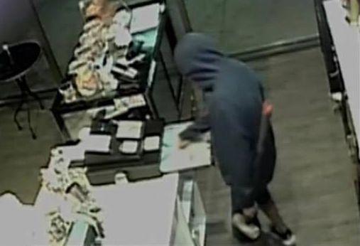 Dieb will Kasse plündern – als er sie öffnet, findet er eine Notiz, die an ihn gerichtet ist