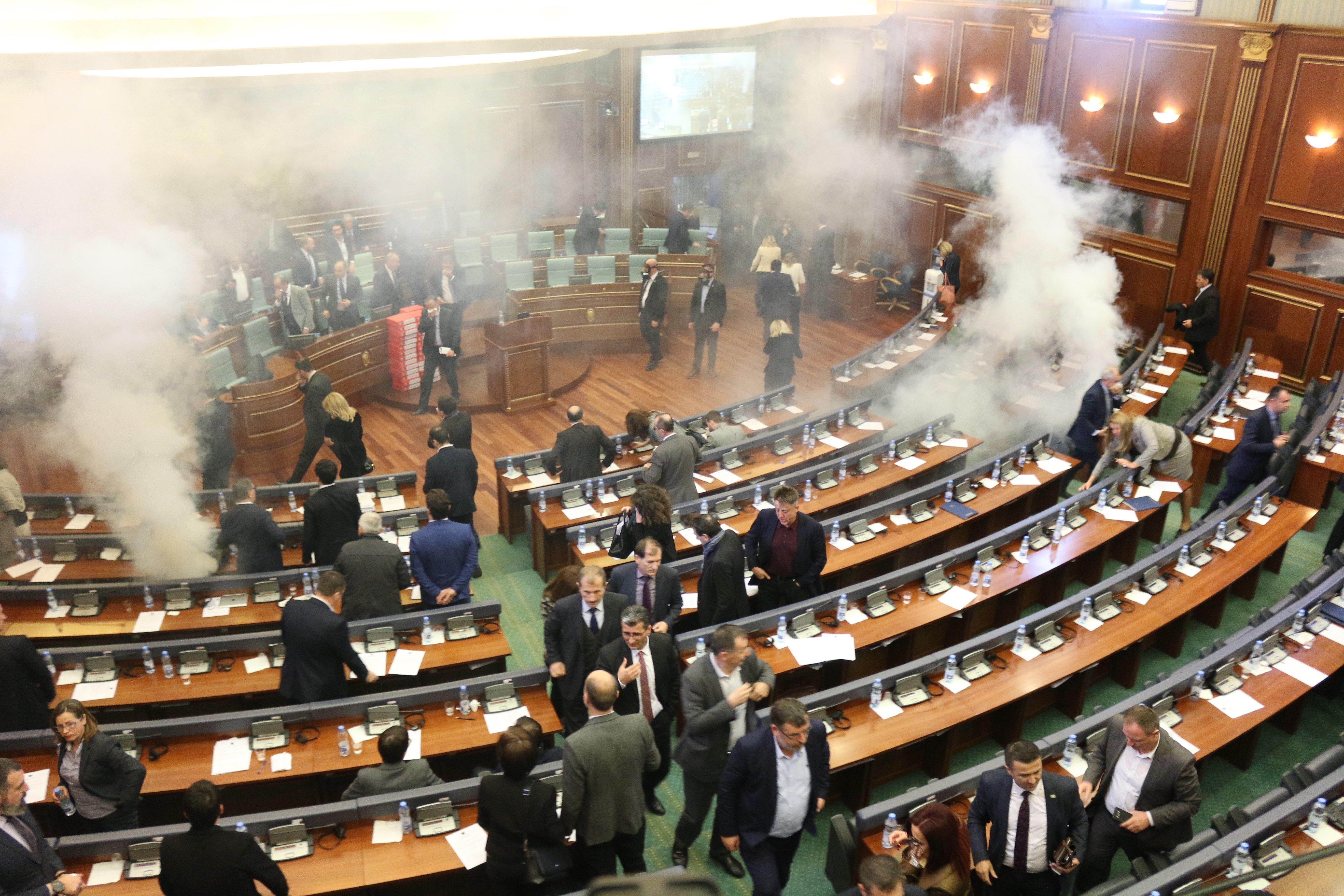 Κόσοβο: Αντιπολιτευόμενοι βουλευτές εκτόξευσαν δακρυγόνα μέσα στο κοινοβούλιο της