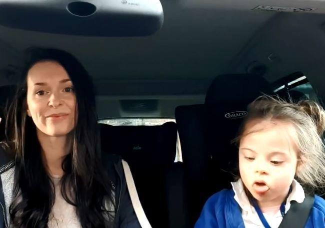Ένα διαφορετικό καραόκε: 50 μαμάδες και τα παιδιά τους με σύνδρομο Down τραγουδούν στη