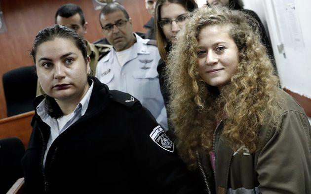 Ισραήλ: Η 17χρονη Άχεντ Ταμίμι που δικάζεται από στρατοδικείο δέχτηκε να δηλώσει ένοχη με αντάλλαγμα...