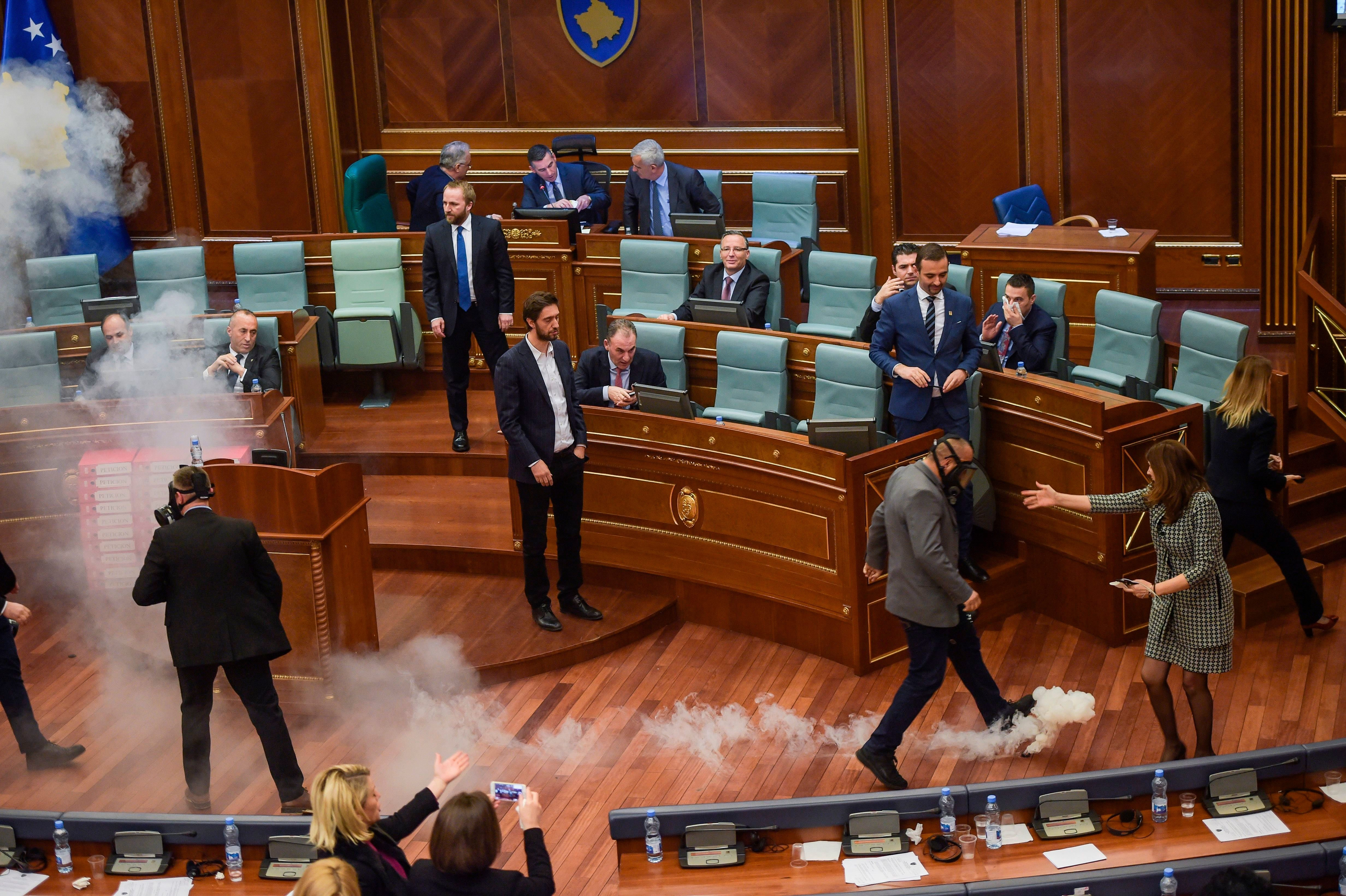 Κόσοβο: Υπερψηφίστηκε μετά τα δακρυγόνα μέσα στη Βουλη η συμφωνία οριοθέτησης των συνόρων με το