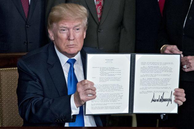 US-Präsident Donald Trump zeigt die unterschriebenen Bestimmungengegen