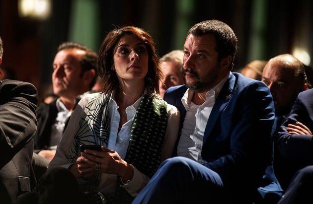 Η υποψήφια πρώτη κυρία της Ιταλίας προτείνει να μένουμε στη σκιά του άντρα μας και αισθάνεται πολύ καλά...