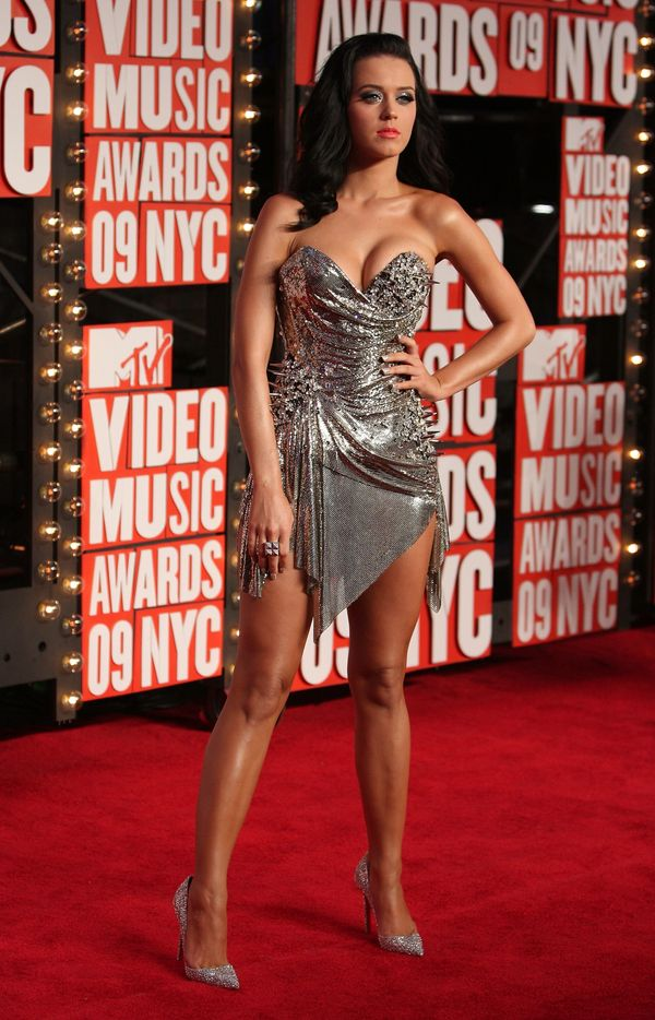 """Wearing a silver corset dress by <a href=""""http://www.justjared.com/2009/09/13/katy-perry-mtv-vmas-2009-2/"""" target=""""_blank"""">Th"""