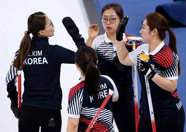여자 컬링 대표팀 '컬벤져스'가 러시아에 극적인 역전승을