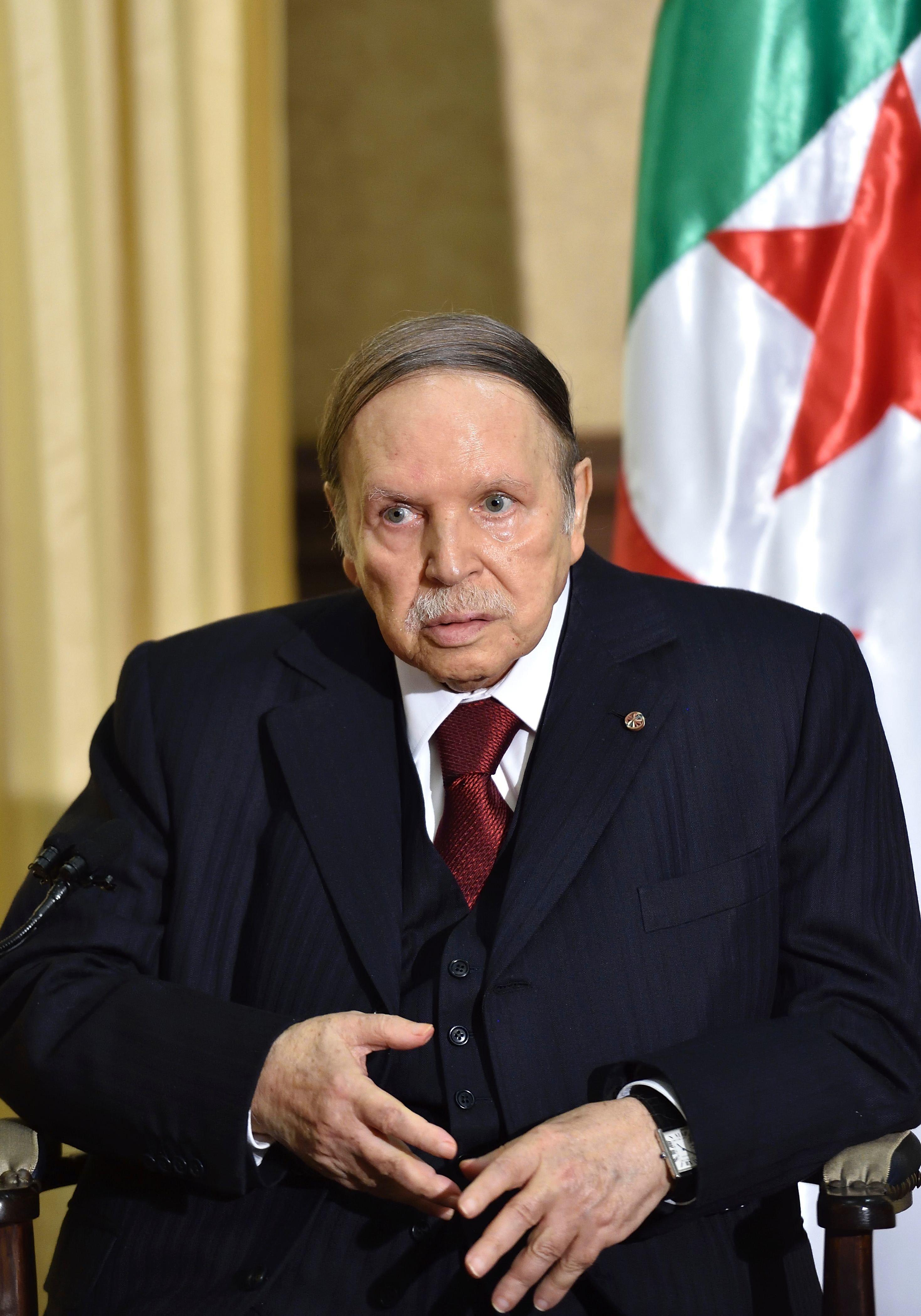 Bouteflika assure Macron de la solidarité et la coopération actives de l