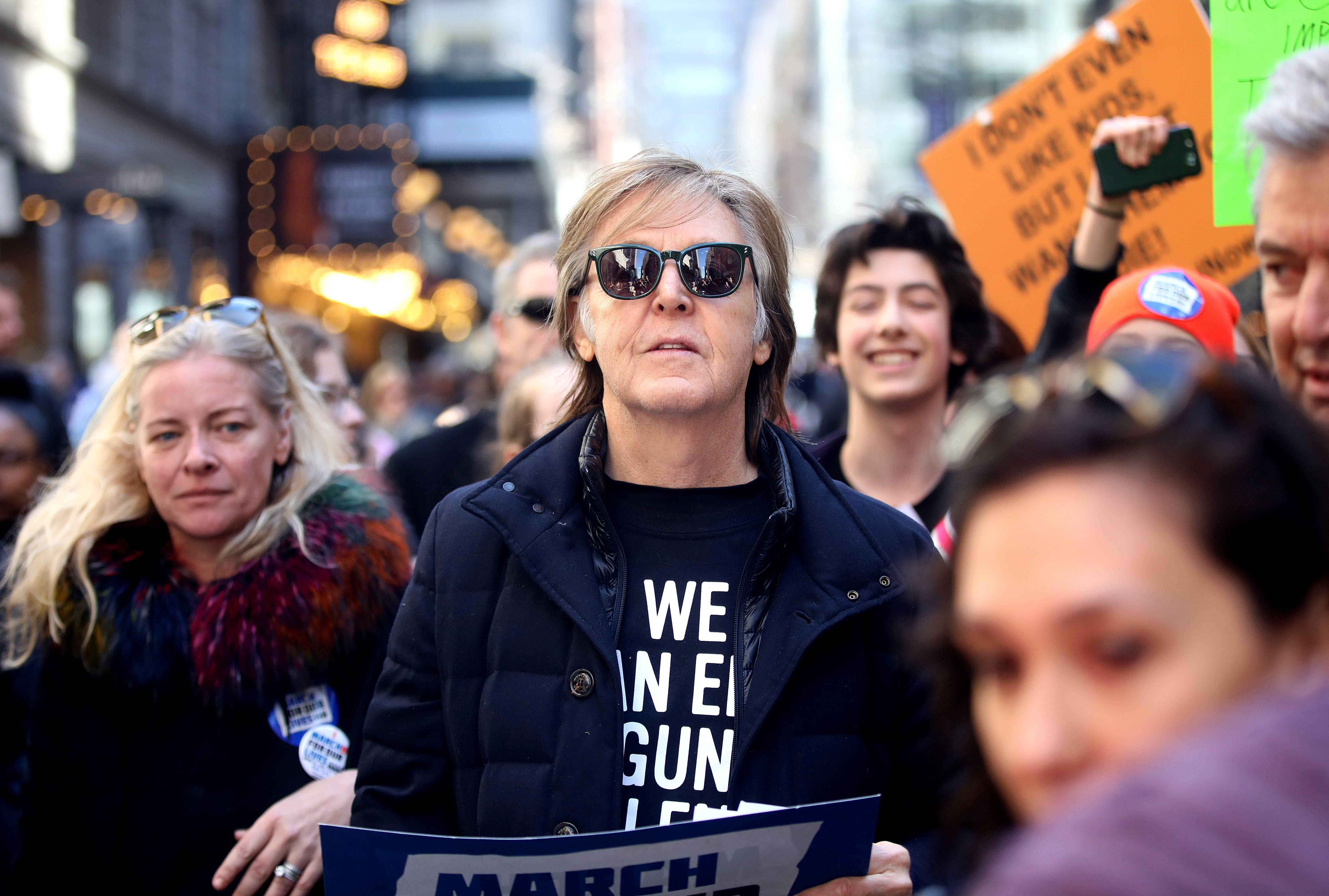 폴 매카트니가 존 레논을 기리며 총기규제 시위에