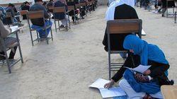 Afghanistan: la photo d'une mère passant un examen avec son bébé émeut le