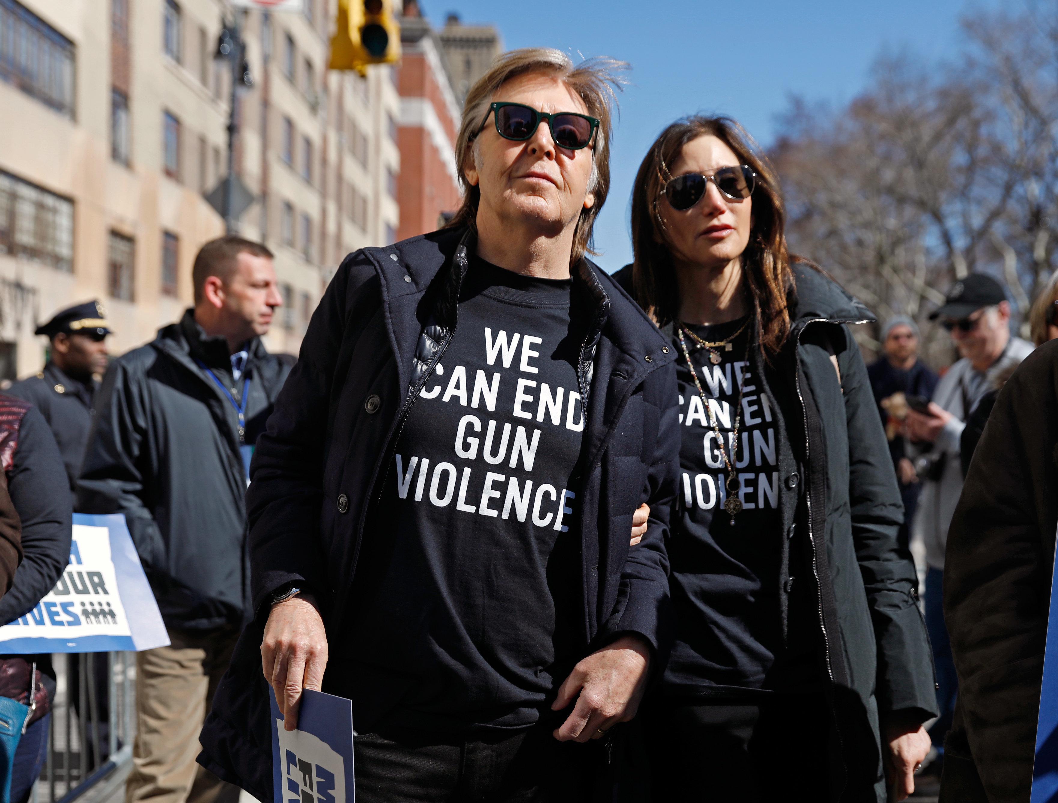 O Paul McCartney τίμησε τη μνήμη του John Lennon στην πορεία κατά της οπλοκατοχής