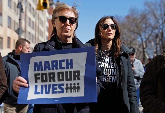 O Paul McCartney τίμησε τη μνήμη του John Lennon στην πορεία κατά της