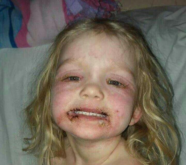 Eltern schminken Dreijährige mit Kinderschminke – kurz darauf entstehen diese schrecklichen Bilder