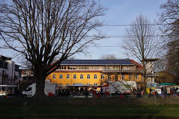 보봉(Vauban)시 주민센터 앞에서 열리는 농부의 시장. 그 주민센터 지붕 위에는 커다란 태양광패널이 설치되어있고, 그 앞으로 트램(노상열차)이 여유롭게