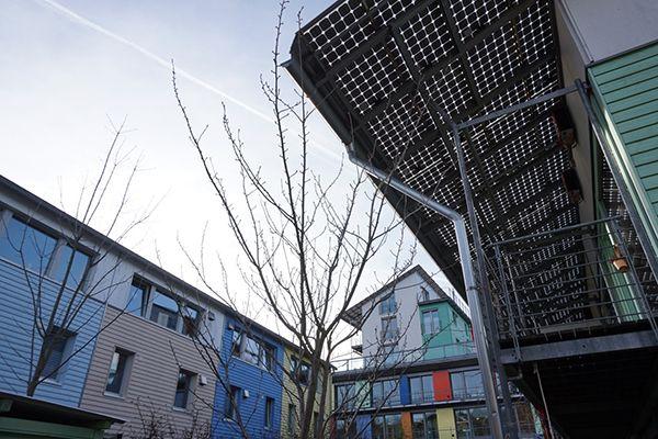 보봉(Vauban) 시의 플러스에너지하우스. 건물에서 생산되는 전력량이 소비량보다