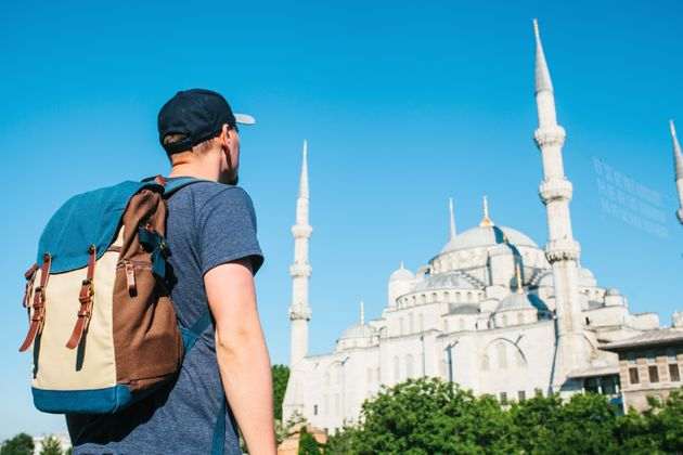 Un voyageur devant la mosquée bleue à