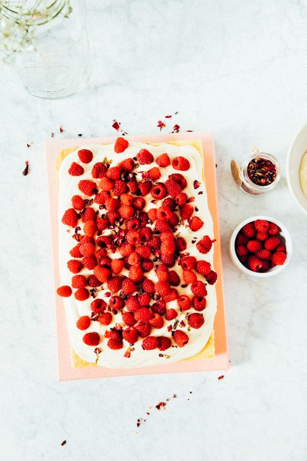 "<strong>Get the <a href=""http://www.hummingbirdhigh.com/2017/08/white-chocolate-and-raspberry-sheet-cake.html"" target=""_blank"