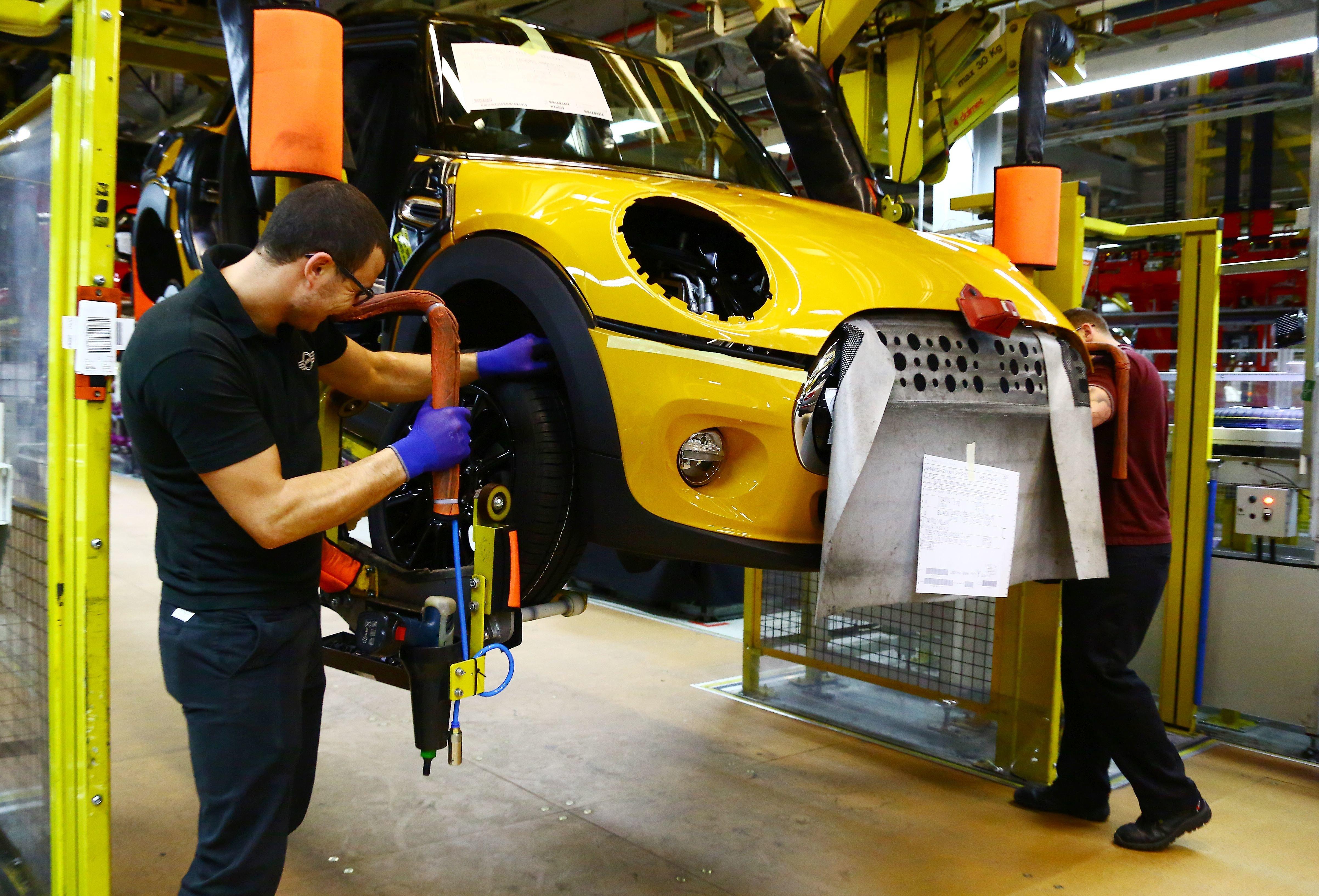GEOFF CADDICK via Getty Images                   Arbeiter in einem BMW-Werk