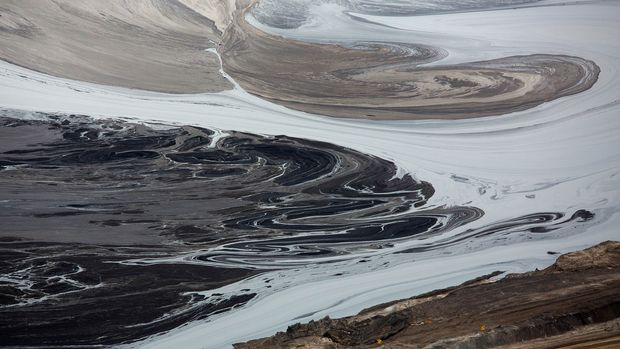 A tailings pond near the Syncrude tar sands operations near Fort McMurray, Alberta, September 17, 2014. Syncrude currently produces 350,000 barrels per day of high quality light, low sulphur crude oil according to company reports. Picture taken September 17, 2014.  REUTERS/Todd Korol (CANADA  - Tags: ENERGY ENVIRONMENT)